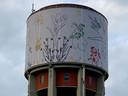 De watertoren in de Bloemekenswijk staat vol bloemen en planten