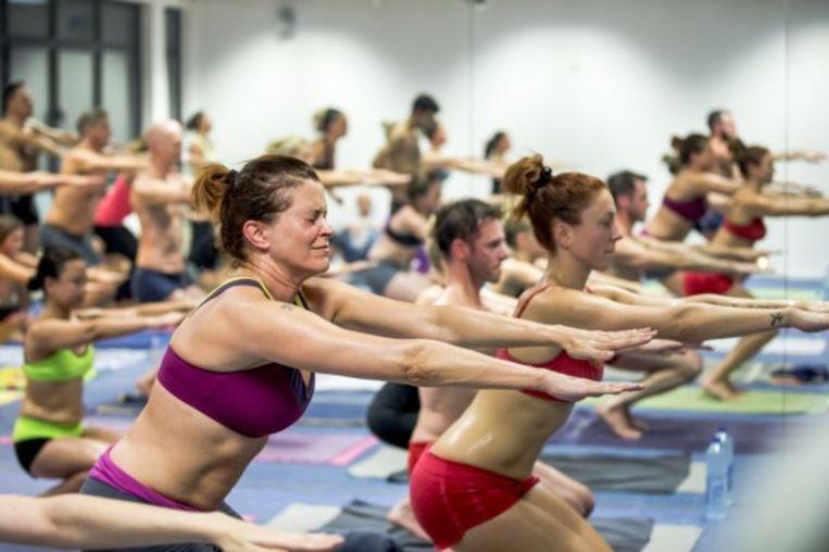 Karen Damen volgt een sessie Bikram Yoga samen met Natalia Druyts