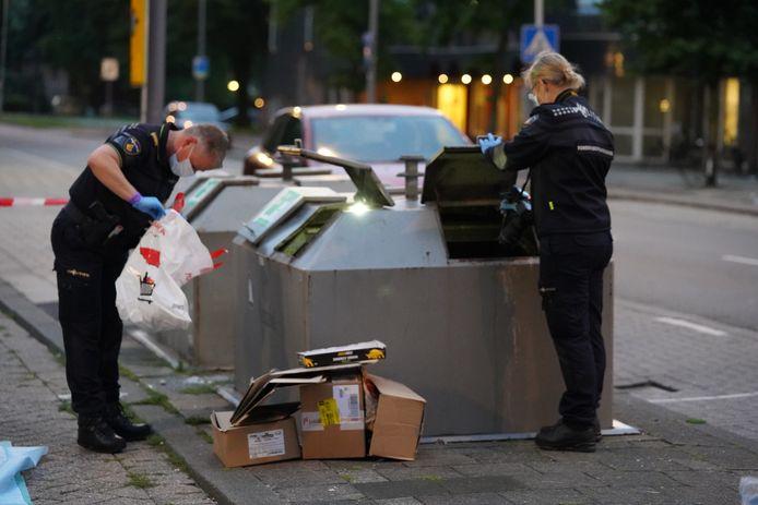 Uit een container in de buurt is een tas met kleding gehaald.