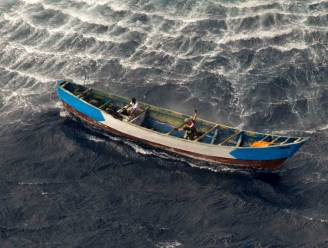 """Meisje (17) dobbert 22 dagen op zee zonder eten, 56 passagiers omgekomen: """"Een massagraf in zee"""""""