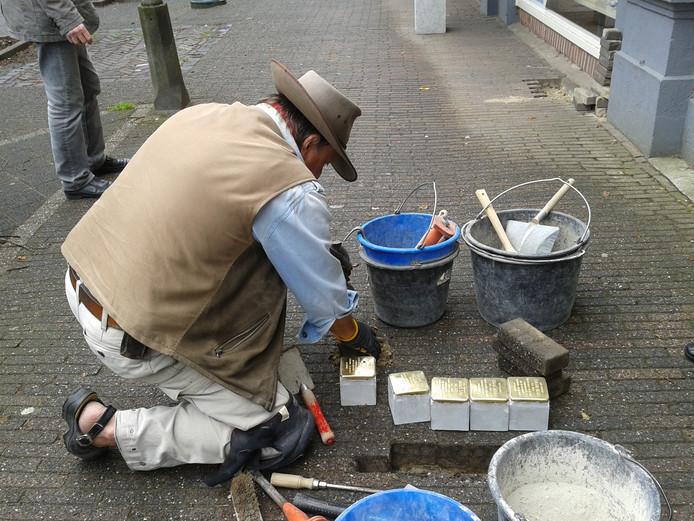 De Duitse kunstenaar Gunter Demnig in actie bij een eerdere legging van Stolpersteine in Borculo. Hij komt in oktober naar Eibergen om hier 13 stenen te leggen.