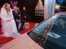 Toeterend door de drive-by-bruiloft, want de liefde laat zich niet bedwingen door de lockdown