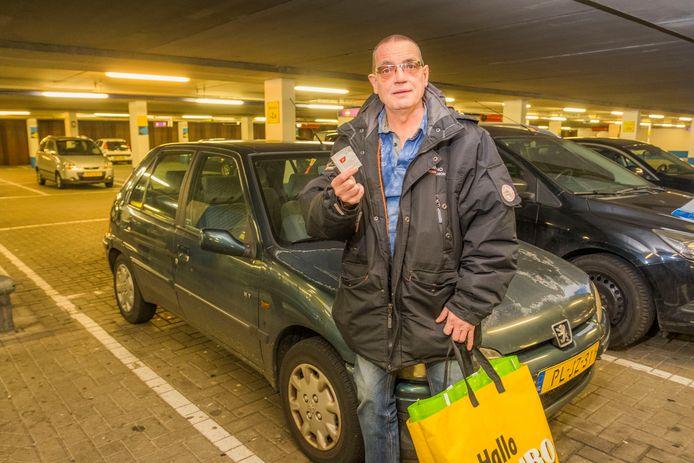 Ed Korte zette zijn auto bij winkelcentrum Leyweg, onder de Jumbo. Krijgt hij in ruil voor boodschappen anderhalf uur gratis parkeren.
