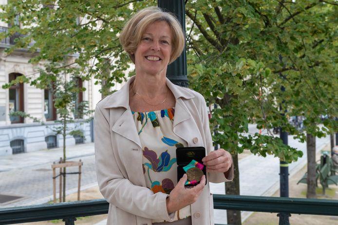 Ann Haesebrouck kijkt tevreden terug op haar sportcarrière en toont nog een keer haar bronzen medaille.