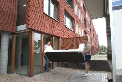 b36dc0eca59 Verven, vloerbedekking leggen, meubels sjouwen: het appartementengebouw  voor starters aan Kanaal Noord is