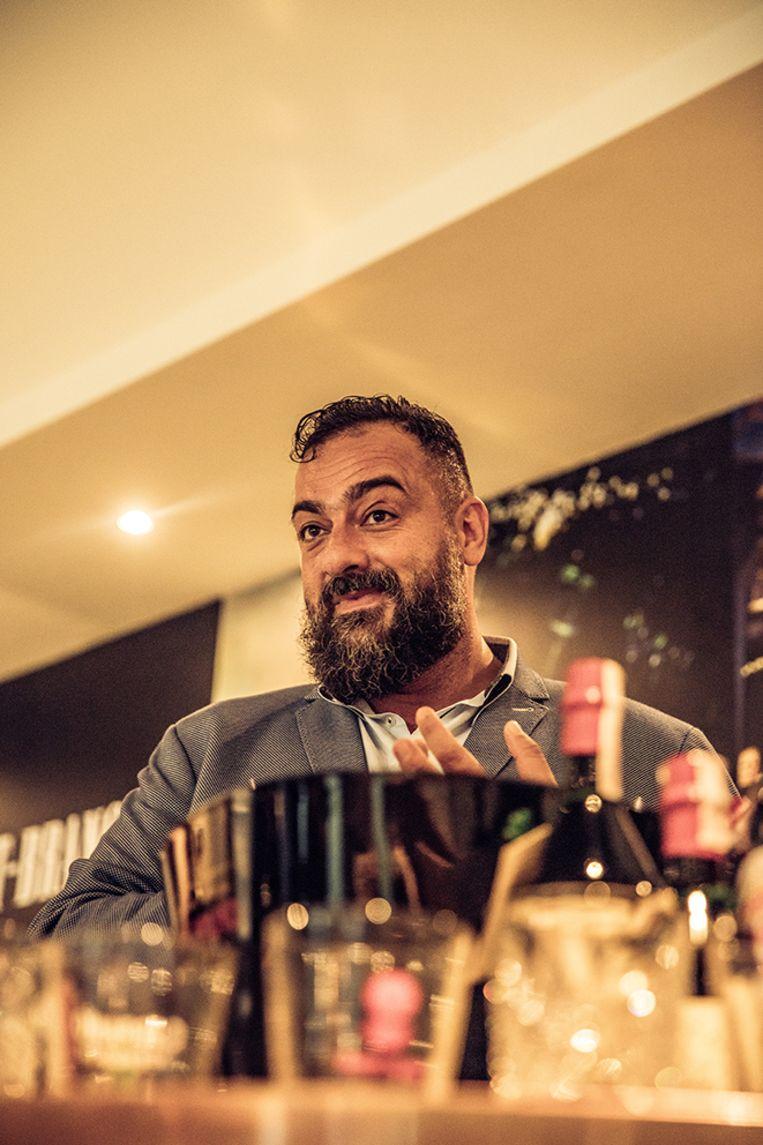 Nicola Olianas, de persoonlijke barman van de familie Branca. Beeld Piet De Kersgieter