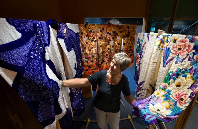 Curator Linda Hanssen op de tentoonstelling rond kimono's in het Weverijmuseum in Geldrop.