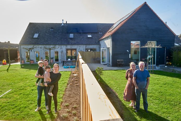 De gesplitste verbouwde boerderij van Remy van de Camp en Janneke van Druenen en kinderen Faas en Sieb. Jannekes ouders Theo en Clementine wonen in het andere deel van de boerderij.