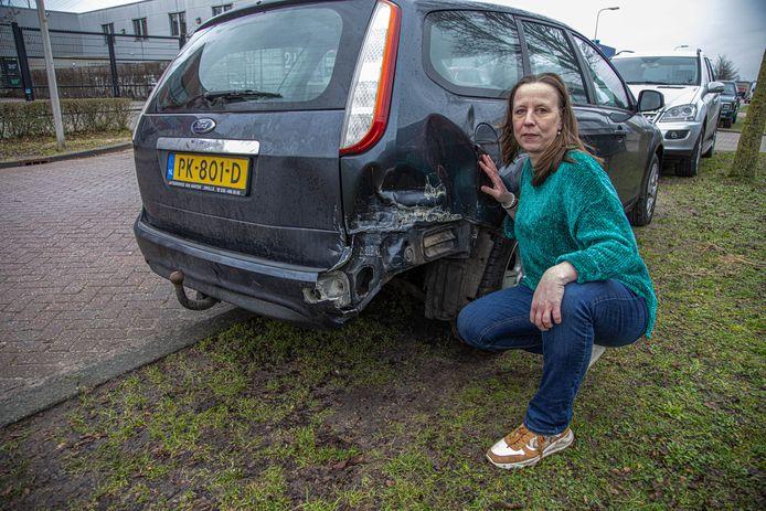 De geparkeerde auto van Nelleke van Twist raakte in de nacht van zaterdag op zondag fors beschadigd na een aanrijding. De veroorzaker blijkt een 17-jarige jongen uit Zwolle.