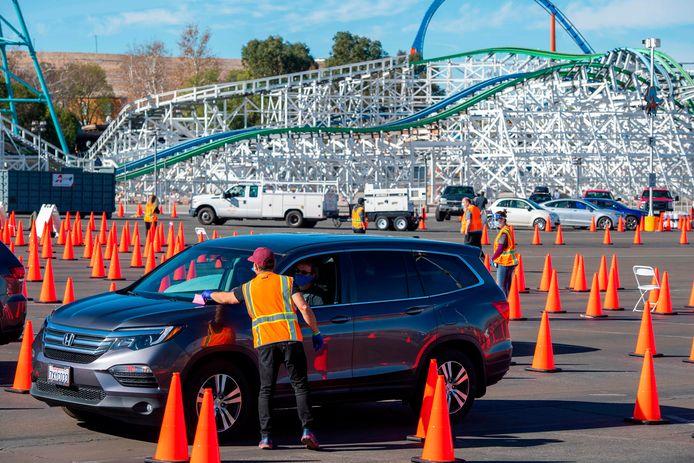 De parkeerplaats van Six Flags Magic Mountain wordt nu gebruikt als vaccinatielocatie