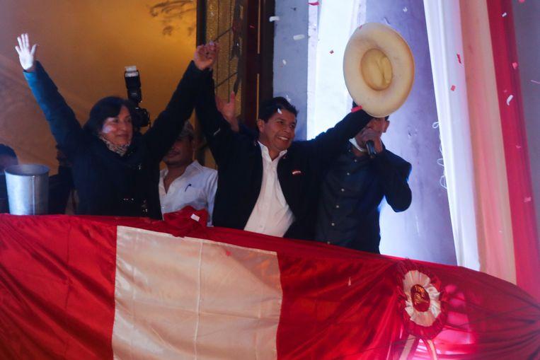Pedro Castillo viert zijn overwinning in het hoofdkwartier van zijn partij in Lima. Beeld REUTERS