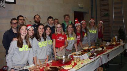 Chiromeisjes en -jongens zamelen met kerstdessertenbuffet 1.458,50 euro in voor Team Neushoorn