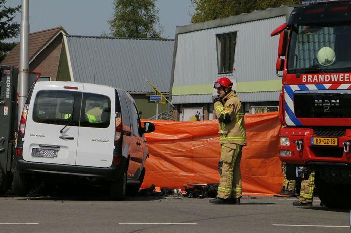 De plek van het ongeval werd met een zeil afgezet.
