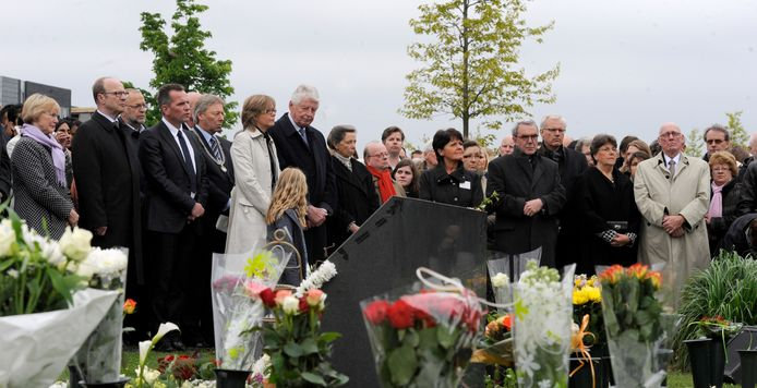 Jan Mans, uiterst rechts, hier tijdens een herdenkingsbijeenkomst in Enschede in 2010, tien jaar na de vuurwerkramp