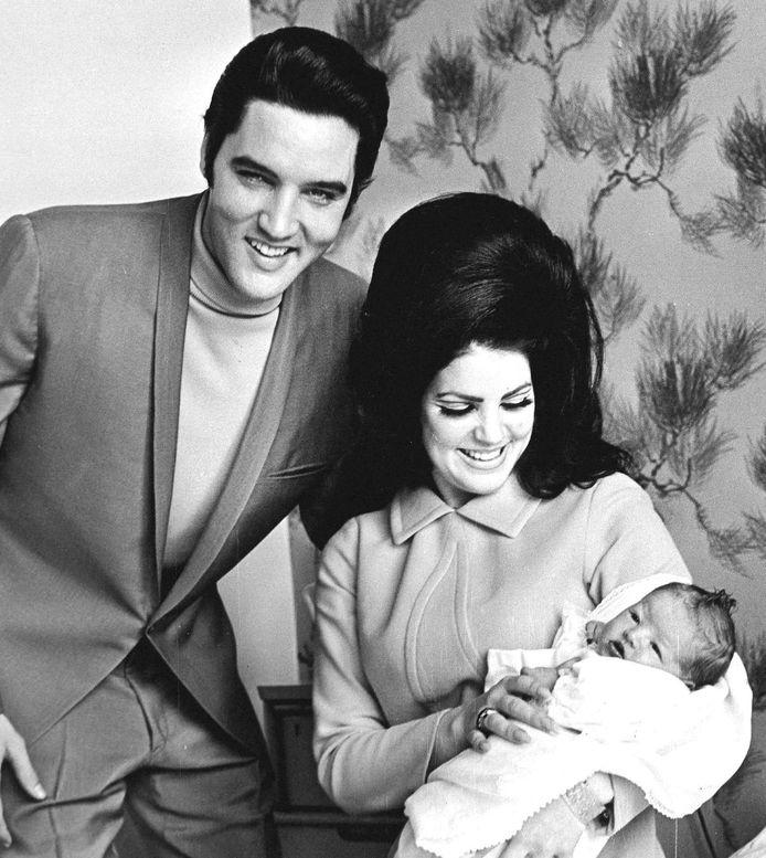 Elvis en Priscilla in 1968 met hun pasgeboren dochtertje Lisa Marie.