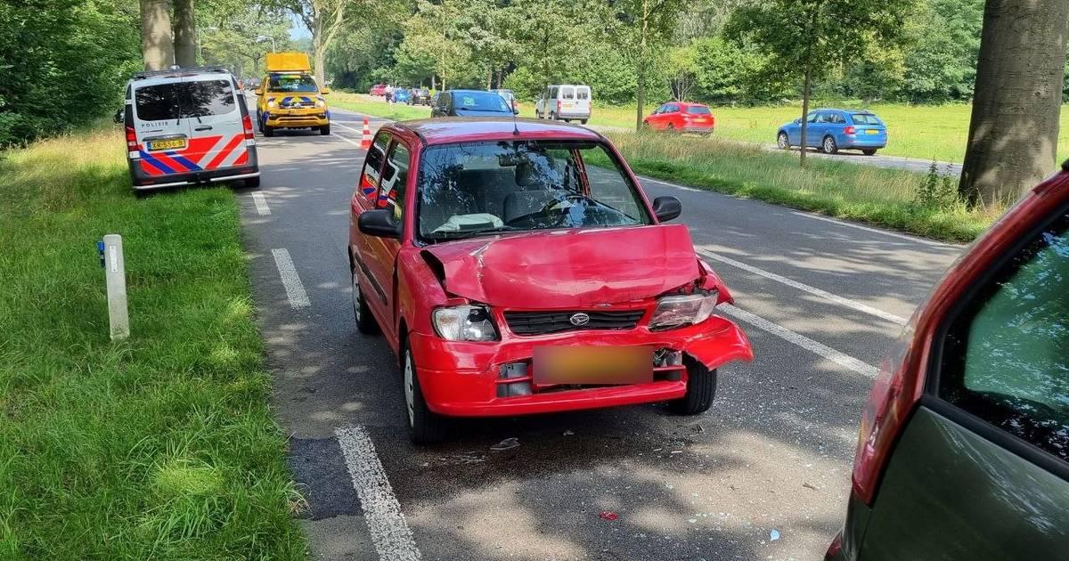 Kopstaartbotsing tussen Winterswijk en Groenlo: vrouw naar ziekenhuis, verkeer wordt over parallelweg geleid.