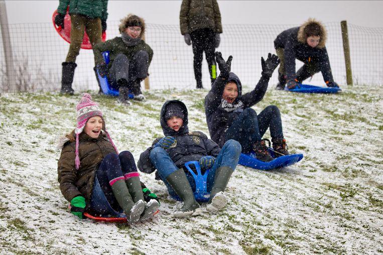 Kinderen spelen in de sneeuw in de Hoekschewaard, Zuid-Holland. Beeld Arie Kievit / de Volkskrant