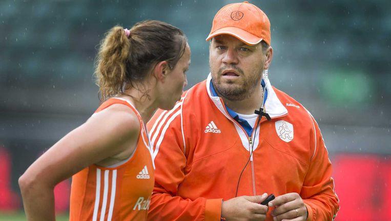 Maartje Paumen (links) en haar ploeggenoten mogen van bondscoach Max Caldas (rechts) tijdens het WK niet twitteren. Beeld anp