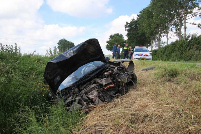 De auto raakte, vooral aan de voorkant, zeer zwaar beschadigd.