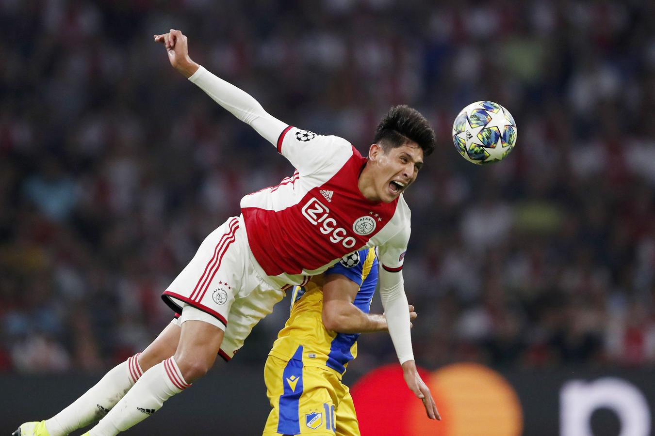 Edson Álvarez vliegt er met volle overgave in tegen APOEL Nicosia in de voorronde van de Champions League.