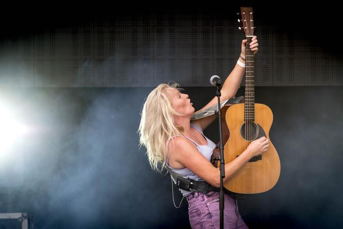 Miss Montreal (Sanne Hans) tijdens een optreden in Twente.