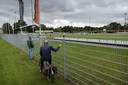 300 mensen bekeken de Hengelose derby online, een enkeling probeerde van achter een hek de wedstrijd te volgen.