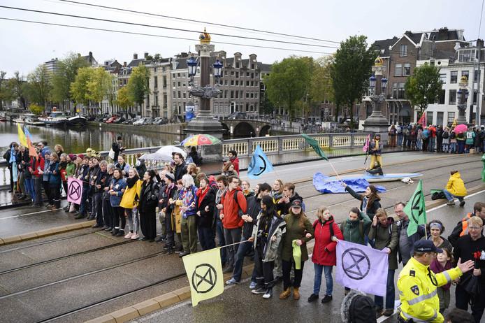 Aanhangers van Extinction Rebellion blokkeerden dit weekend urenlang de Blauwbrug in Amsterdam