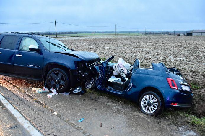 De zware pick-up botste frontaal tegen de kleine Fiat en duwde de auto in de gracht.