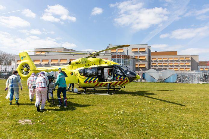 Donderdagmiddag werd een beademde en slapende patiënt overgevlogen naar de ic van het UMCG in Groningen.