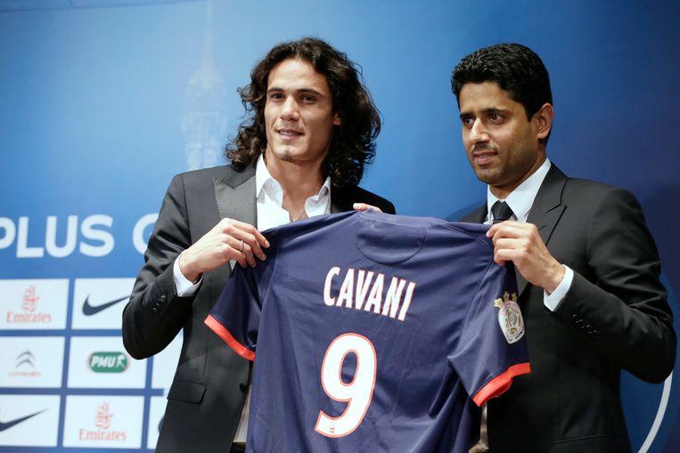 Voorzitter Nasser Al-Khelaifi van PSG stelt in 2013 Edinson Cavani voor, de duurste transfer van de club en de Franse competitie. Toen de Qatarese investeerders met geld begonnen te gooien, kwam de UEFA in actie. Beeld AFP