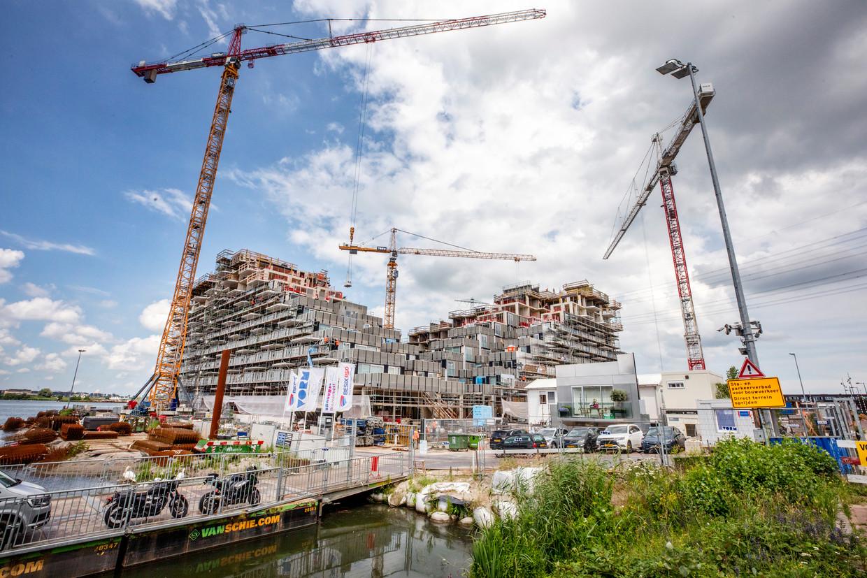 Op IJburg, een Amsterdamse wijk, wordt volop gebouwd. Volgens de makelaarsvereniging NVM was de stijging van de huizenprijzen in het tweede kwartaal van 2021 de grootste sinds 1995, het eerste jaar dat zij die cijfers bijhield.  Beeld Raymond Rutting / de Volkskrant