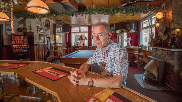 Ad Linders van café Zeelandia is de laatste kroegbaas van Hansweert. Eind dit jaar sluit de zaak.