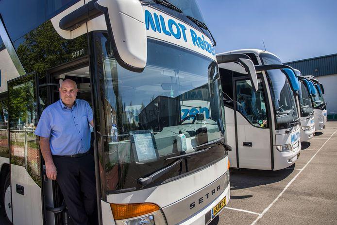 Cor Milot in een van zijn bussen.