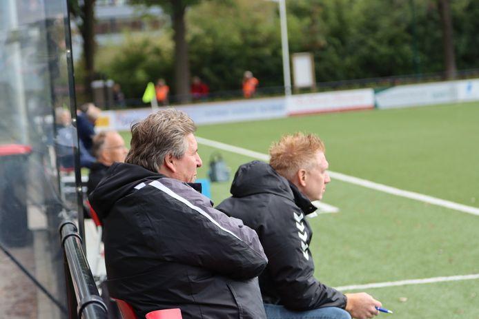 De technische staf van Rhode 1: hoofdtrainer Hans Lathouwers (l) en assistent Bas van der Velden.