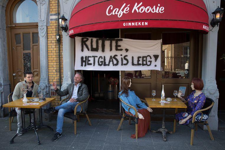 Een terras op de Ginnekenmarkt in Breda was eventjes open, uit protest, omdat de ondernemers het onterecht vinden dat de horeca gesloten moet blijven.   Beeld Arie Kievit