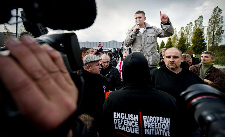 Een lid van de English Defence League spreekt zaterdag in Amsterdam. Foto © Koen van Weel/anp<br /> Beeld