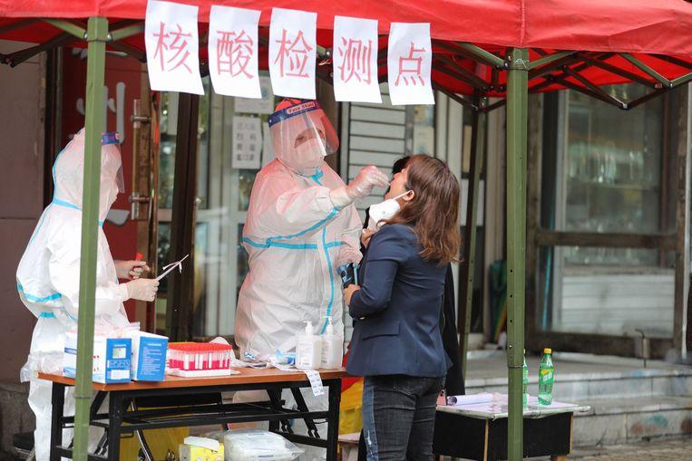 Iemand wordt getest op corona in Harbin, China. Beeld AFP