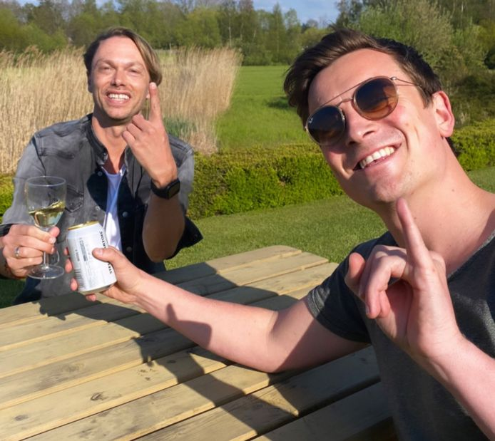 Niels Destadsbader en Regi drinken er eentje.