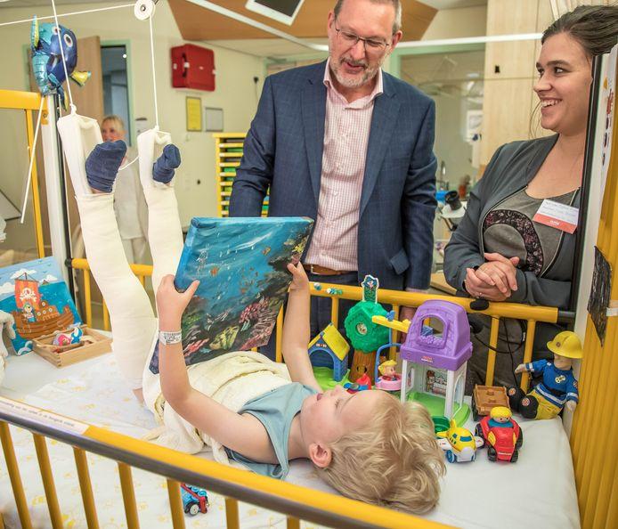 Eric van Leeuwen - vennoot van Veldhuis adviesgroep - bood samen met Greta Nieuwenbroek, vrijwilligster van Ronald Mcdonald in het Ziekenhuis een schilderij aan de zieke Ezrah aan om de ziekenhuiskamer waarin hij ligt op te fleuren.