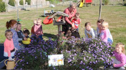 Kinderen De Kiem wriemelen erop los in de tuin