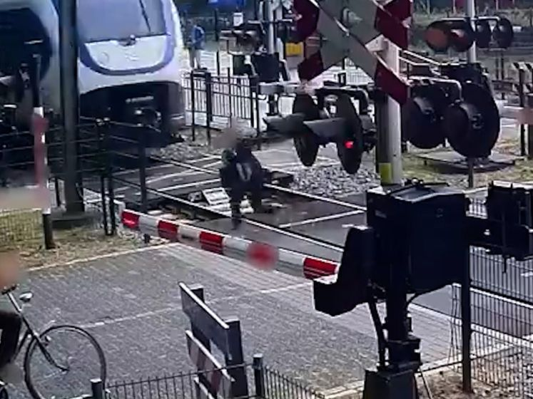 Bizar: vrouw speelt met haar leven op spoorwegovergang in Ermelo