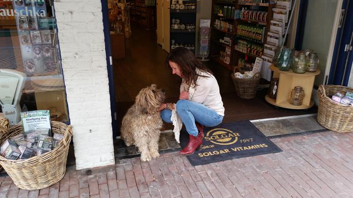 Smous, de 15-jarige stadshond met baasje Manon Nijenhuis voor Rozemarijn.