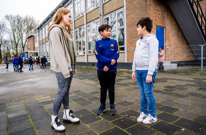 Maria, Dean en Kaloyan bij basisschool De Kameleon in Rotterdam-Carnisse.