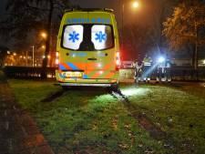 Ambulance vast op grasveld in Oisterwijk, brandweer bevrijdt ziekenwagen