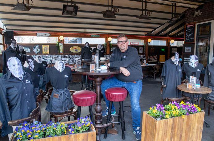 Dik van den Haak van eetcafé Skeutje Bij heeft tijdens sluiting de lijsttrekkers van de verkiezingen op zijn zijn terras gezet.
