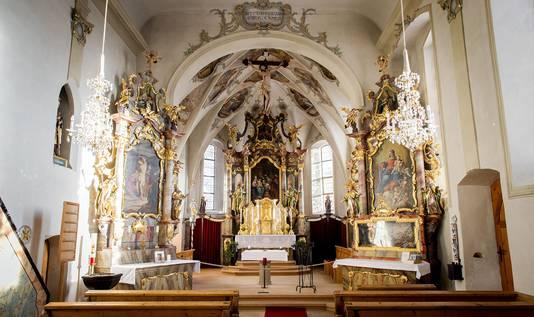 Een herdenkingsplek (links op de foto) voor prins Friso in de oude kerk in Lech.