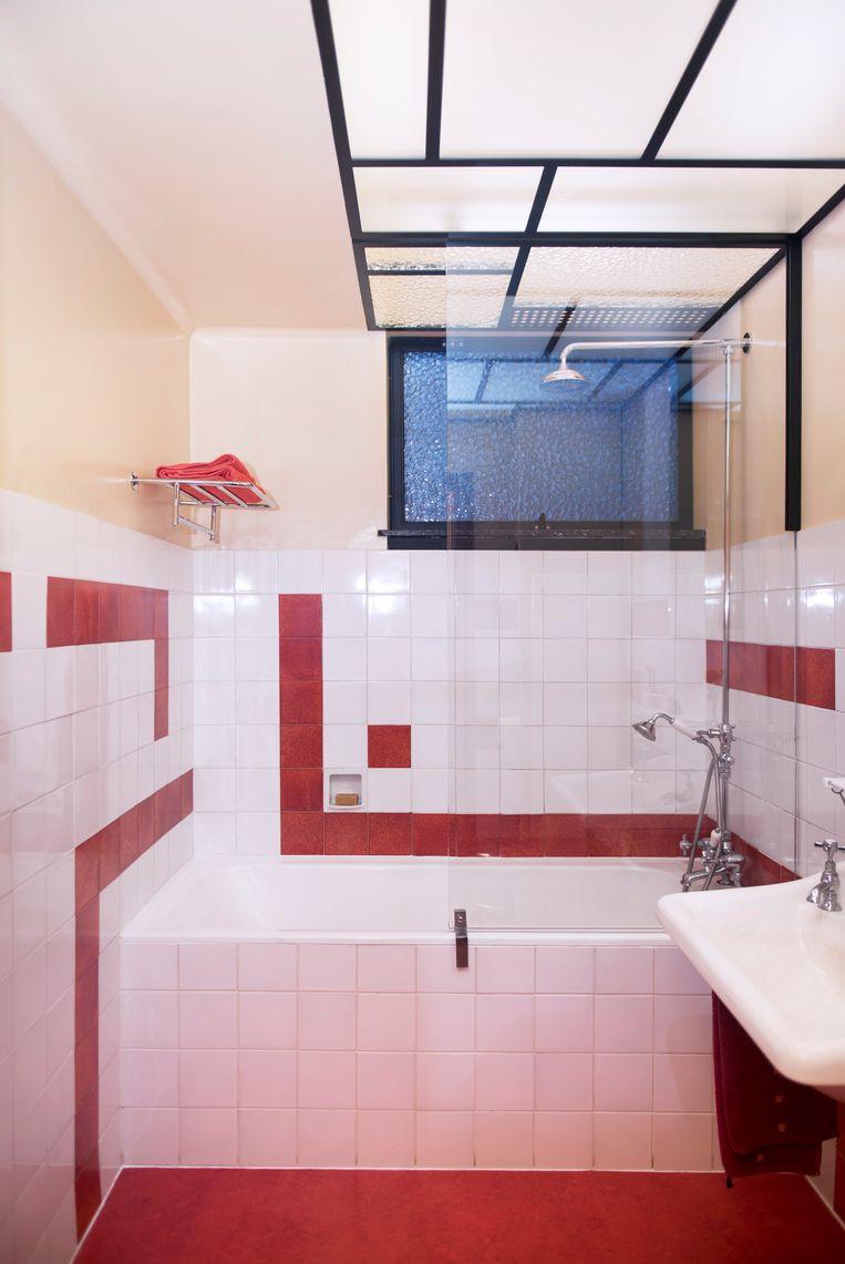 Het geometrische plafondlicht ontwierp Jos zelf, in de stijl van Huib Hoste. Beeld Els Zweerink