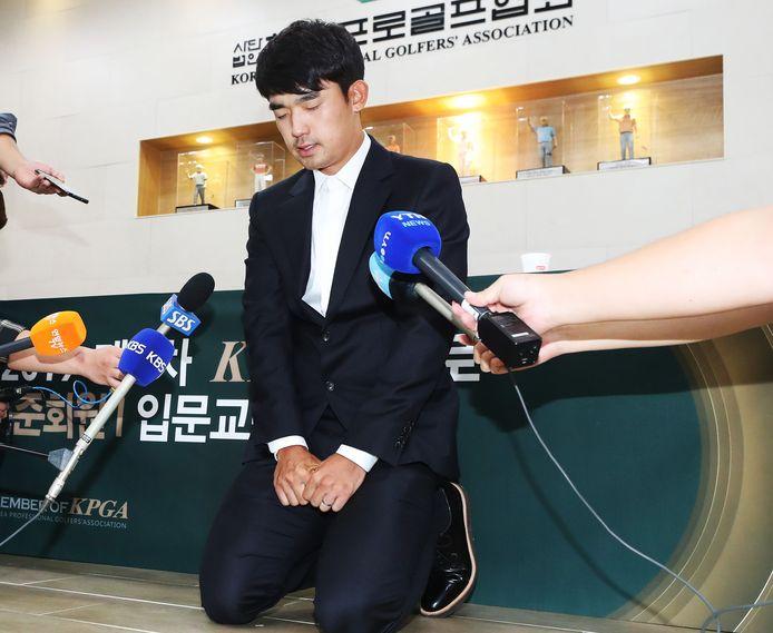 Kim Bi-o s'est agenouillé devant les caméras de télévision, présentant en larmes de plates excuses