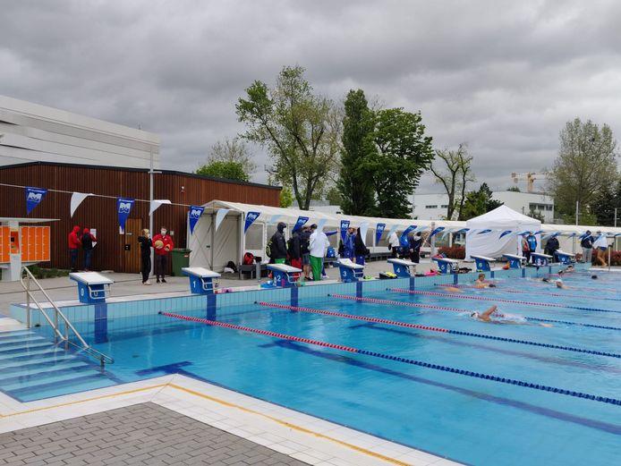 De EK-zwemmers moeten in het buitenbad trainen, het temperatuurverschil tussen het water en de buitenlucht is niet ideaal.