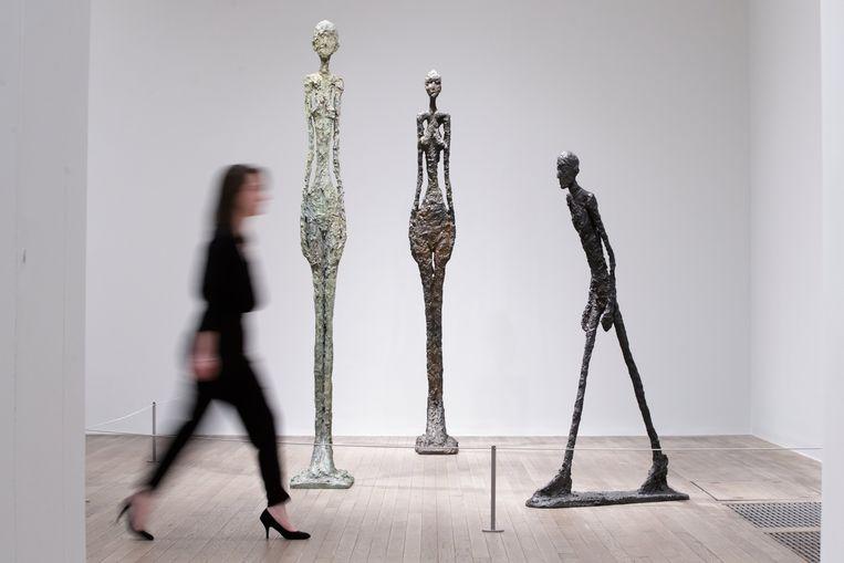 ► De retrospectieve in Tate Modern overspant het hele oeuvre van Giacometti, met op het eind zijn bekende uitgerekte figuren. Beeld EPA